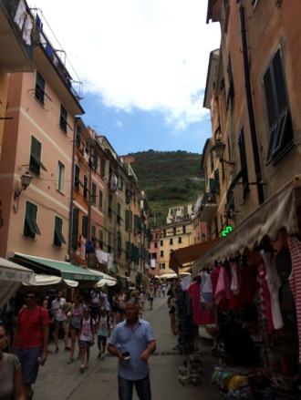 Cinque_terre_italy_vernazza_street_window_shopping