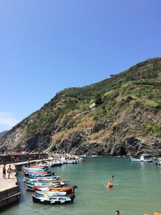 Cinque_terre_italy_vernazza_waterfront_kayak