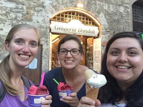 San_Gimignano_italy_Piazza_della_Cisterna_gelato
