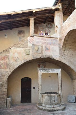 San_Gimignano_Palazzo_communale_courtyard