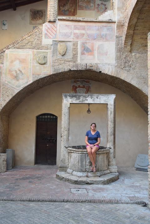 San_Gimignano_Palazzo_communale_courtyard_well